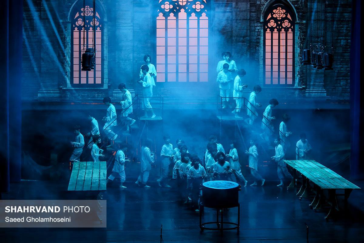 نمایی از صحنه نوانخانه آقای بامبل در نمایش موزیکال الیورتوئیست