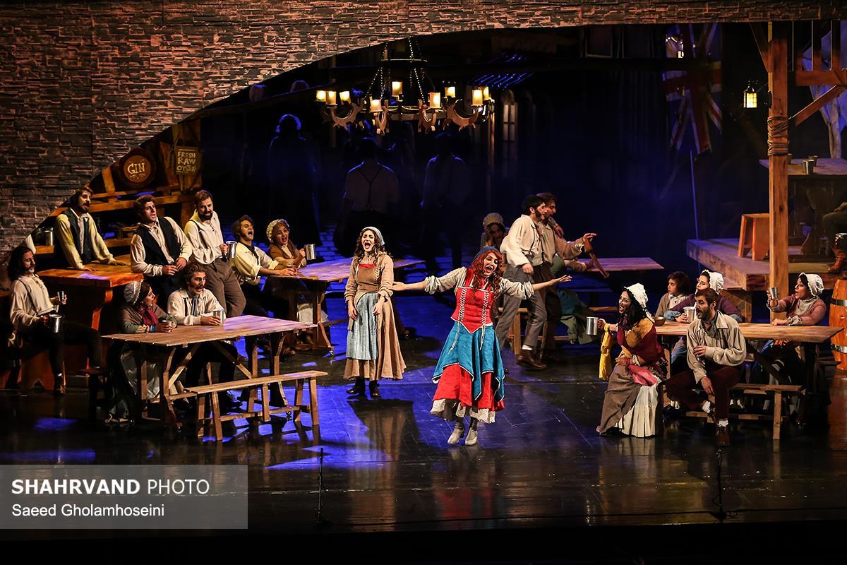مهناز افشار (نانسی) در صحنه ای از نمایش موزیکال الیورتوئیست