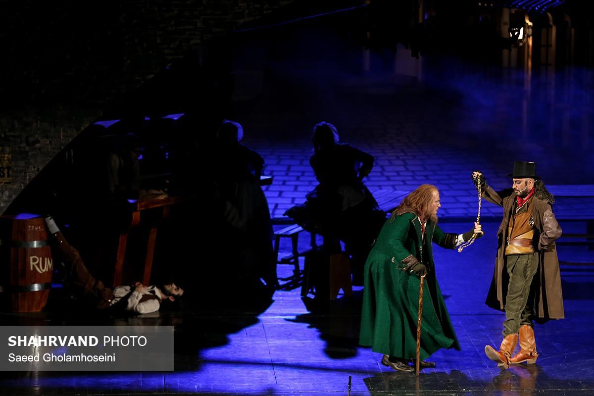 نوید محمدزاده و هومن شکیبا در صحنه ای از نمایش موزیکال الیور توئیست