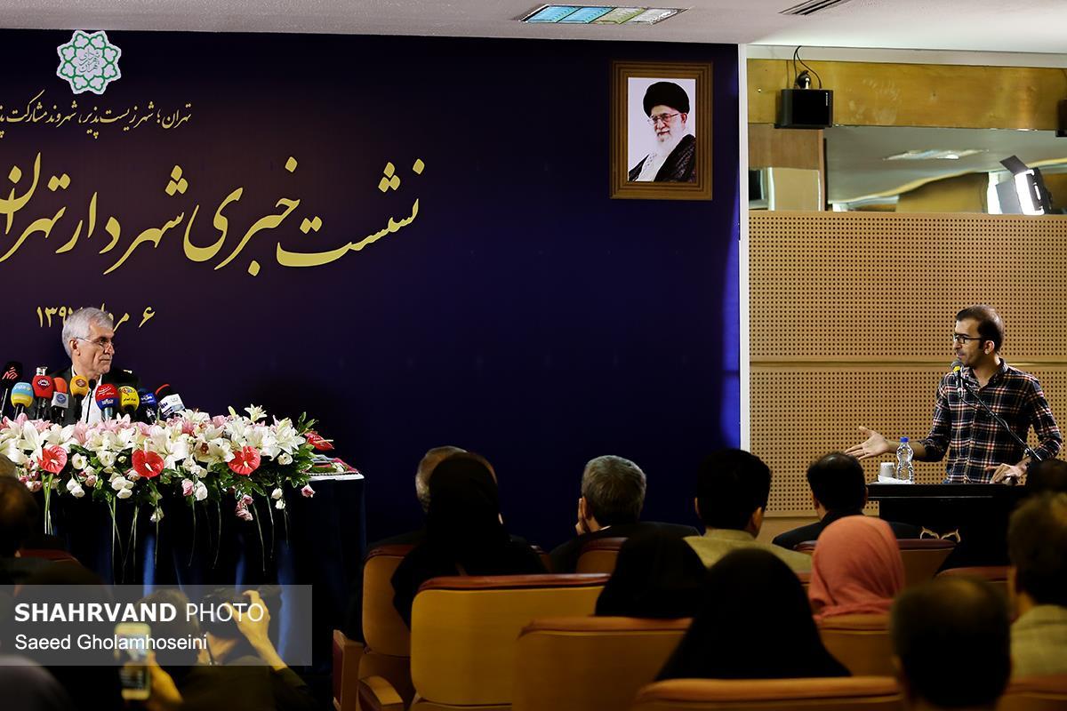 محمد باقرزاده خبرنگار روزنامه شهروند در حال پرسیدن سوال از  محمد علی افشانی شهردار جدید تهران