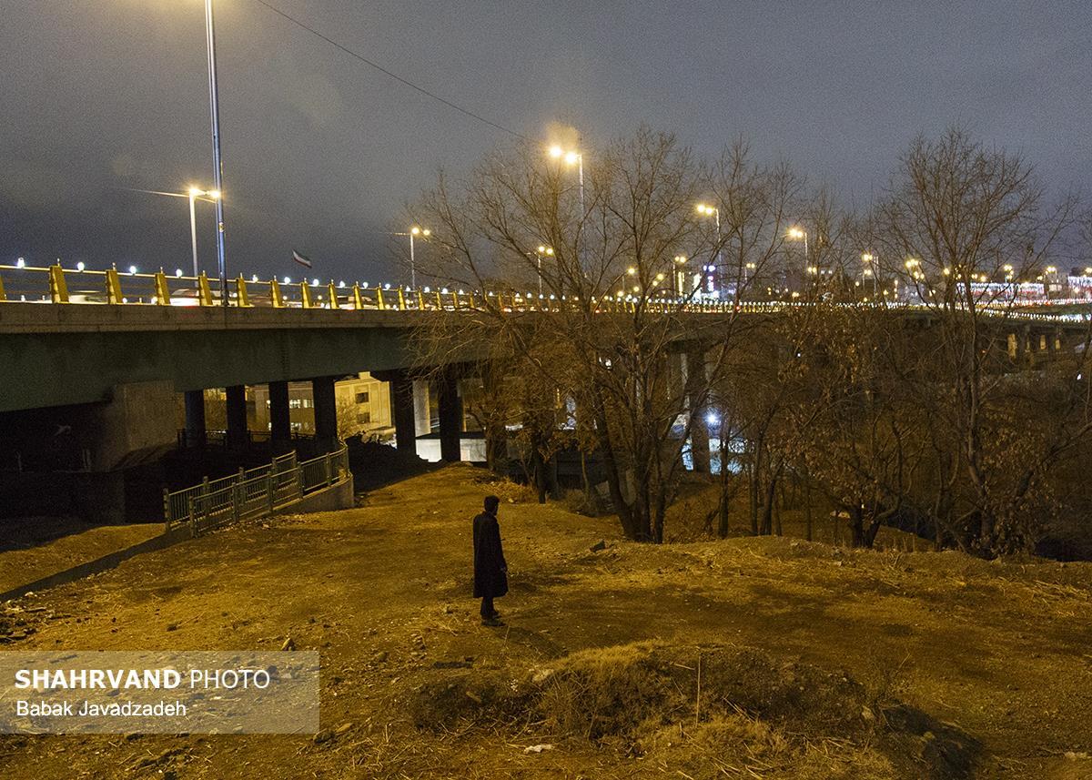 گزارش «شهروند» از زندگی شبانه معتادان و بی سرپناهانی که در حاشیه بعضی بزرگراههای تهران زندگی می کنند