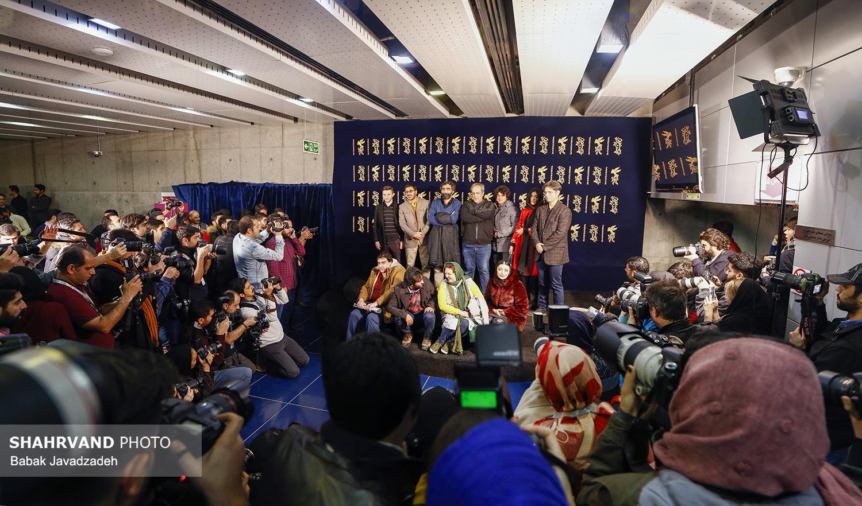 حضور پر شور عکاسان برای ثبت تصویر پیش از نشست خبری از عوامل فیلم شعله ور