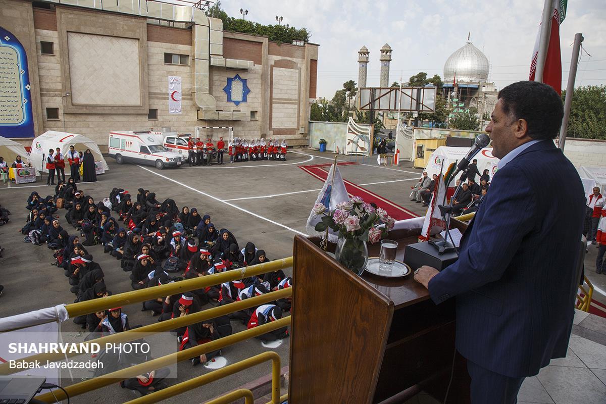 حضور رئیس جمعیت هلال احمر در دبیرستان شهید غیوری و نواختن زنگ مدرسه همزمان با آغاز سال تحصیلی