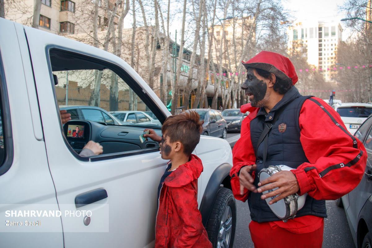او 35 سال است که حاجی فیروز میشود ودرماه های دیگر به دست فروشی مشغول است همسرش او و فرزندانش را رها کرده است و او به همراه پسرانش کار میکند.